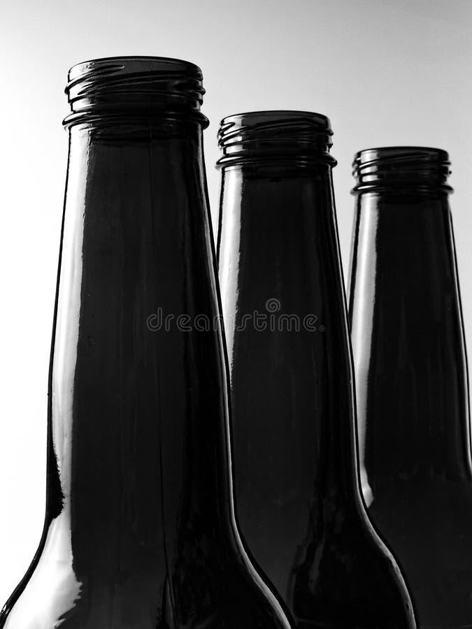Μαύρη & άσπρη ανασκόπηση μπουκαλιών μπύρας στοκ φωτογραφία με δικαίωμα ελεύθερης χρήσης