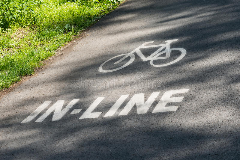 Μαύρη άσπρη χλόη ασφάλτου σημαδιών διαδρομής ευθύγραμμων και παρόδων ποδηλάτων στοκ φωτογραφία