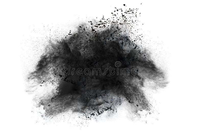 Μαύρη έκρηξη σκονών στο άσπρο κλίμα Τα μόρια του ξυλάνθρακα στο άσπρο υπόβαθρο Κινηματογράφηση σε πρώτο πλάνο του μαύρου μέρους σ στοκ φωτογραφίες