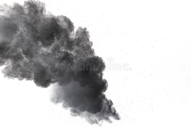 Μαύρη έκρηξη σκονών Τα μόρια του ξυλάνθρακα splatter στο άσπρο υπόβαθρο στοκ φωτογραφία
