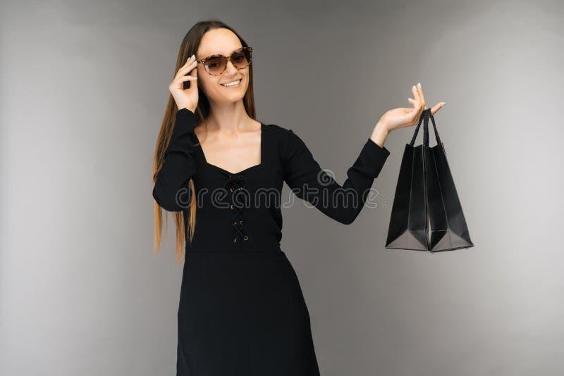 Μαύρη έννοια πώλησης Παρασκευής Τσάντα εκμετάλλευσης γυναικών αγορών που απομονώνεται στο υπόβαθρο στις διακοπές στοκ φωτογραφία