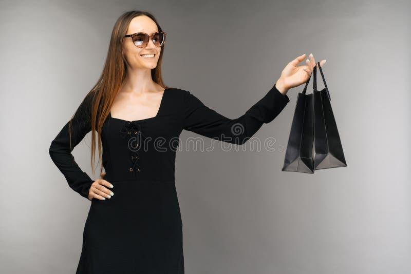 Μαύρη έννοια πώλησης Παρασκευής Τσάντα εκμετάλλευσης γυναικών αγορών στο υπόβαθρο στις διακοπές στοκ εικόνα με δικαίωμα ελεύθερης χρήσης