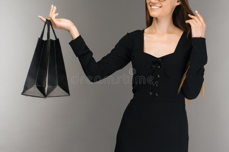 Μαύρη έννοια πώλησης Παρασκευής Τσάντα εκμετάλλευσης γυναικών αγορών που απομονώνεται στο υπόβαθρο στις διακοπές στοκ φωτογραφίες με δικαίωμα ελεύθερης χρήσης