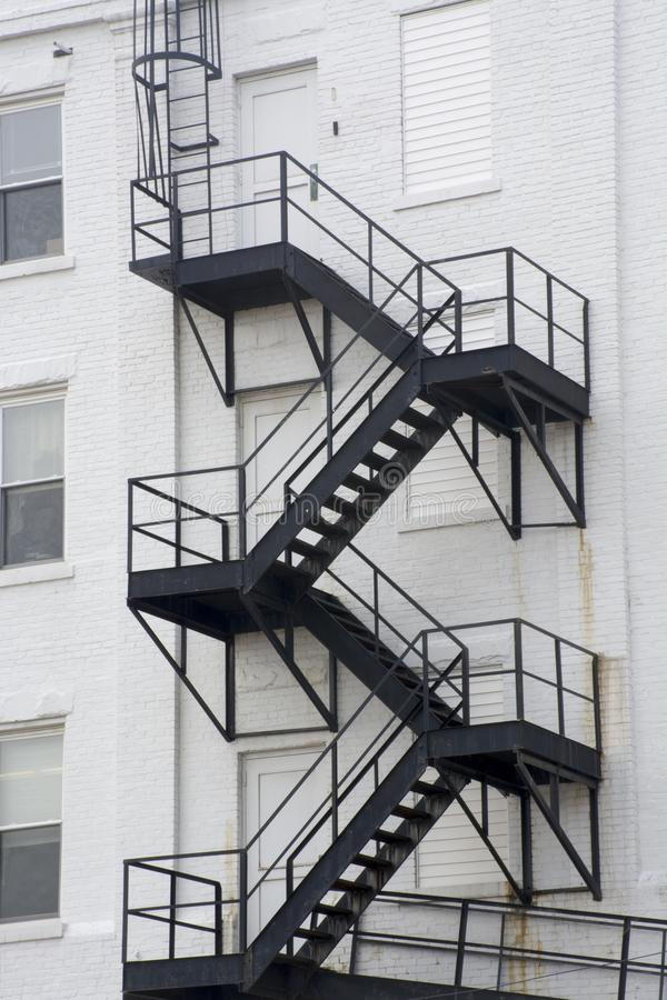 Μαύρη έξοδος κινδύνου, άσπρο κτήριο στοκ φωτογραφίες με δικαίωμα ελεύθερης χρήσης