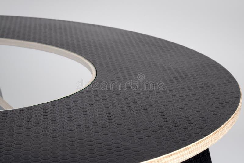 Μαύρη αποτυπωμένη σε ανάγλυφο λαστιχένια κάλυψη της ξύλινης διάσκεψης στρογγυλής τραπέζης σχεδιαστών στοκ φωτογραφίες με δικαίωμα ελεύθερης χρήσης