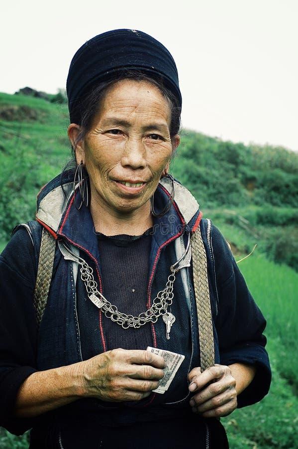 μαύρη γυναίκα μελών φυλών hmong που περπατά κατ' οίκον μετά από μια μακροχρόνια εργασία ημέρας στο αγρόκτημά του στοκ εικόνες