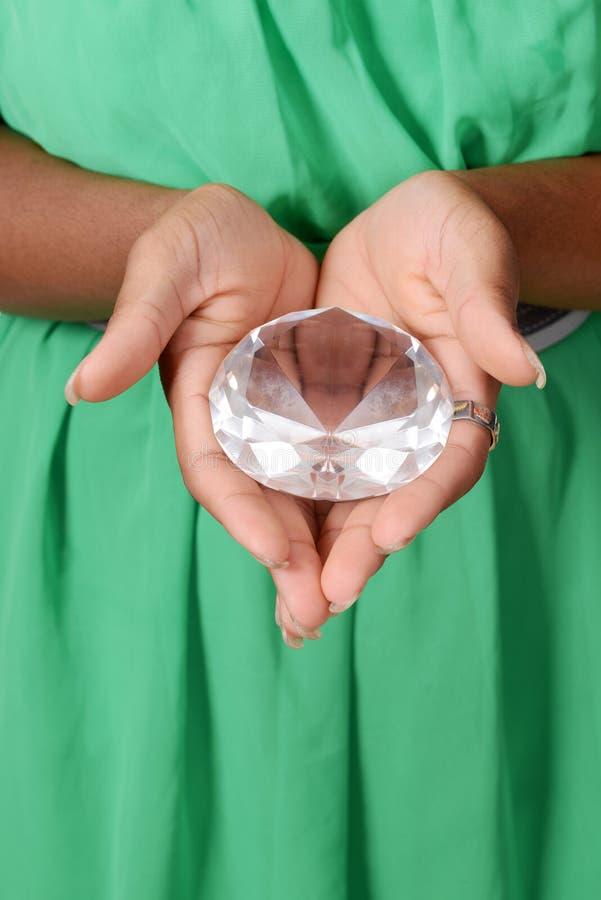 Μαύρη γυναίκα που κρατά το μεγάλο διαμάντι στοκ φωτογραφίες με δικαίωμα ελεύθερης χρήσης