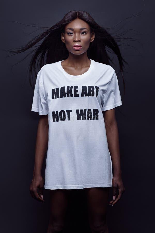 Μαύρη γυναίκα Beautifil που στέκεται στο άσπρο πουκάμισο στοκ φωτογραφία με δικαίωμα ελεύθερης χρήσης