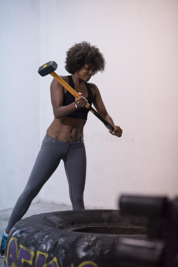 Μαύρη γυναίκα workout με τη ρόδα σφυριών και τρακτέρ στοκ φωτογραφία με δικαίωμα ελεύθερης χρήσης