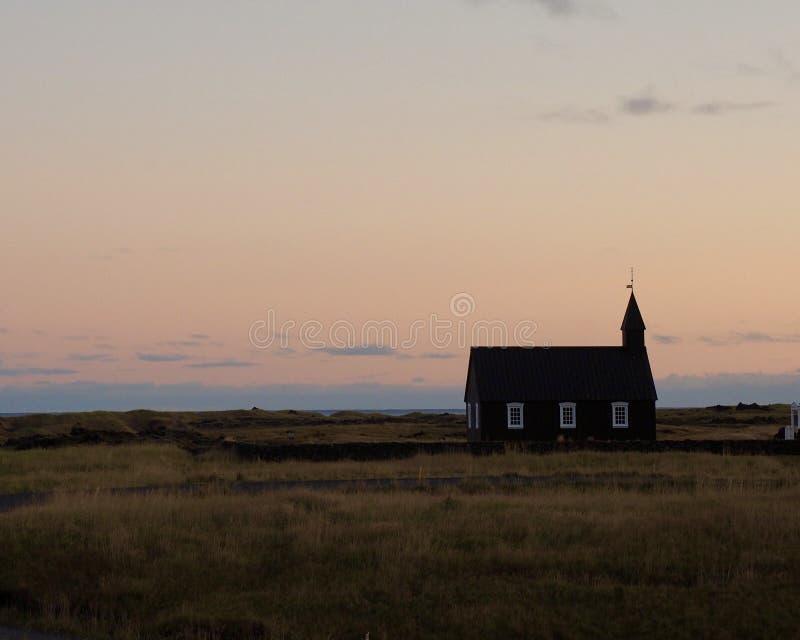Μαύρη εκκλησία στο σούρουπο στοκ φωτογραφία με δικαίωμα ελεύθερης χρήσης