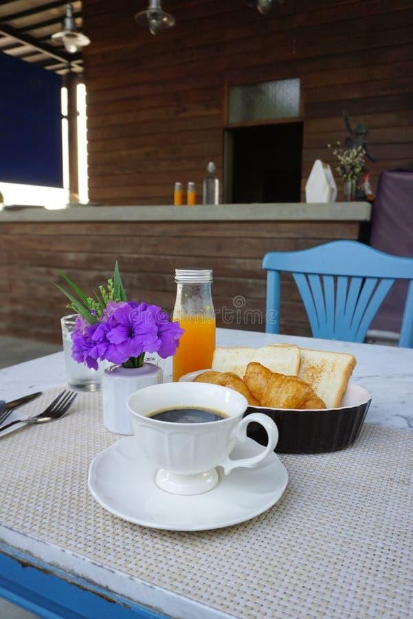 Μαύρη καυτή εξυπηρέτηση καφέ στο άσπρο εκλεκτής ποιότητας φλυτζάνι στο να δειπνήσει χαλί που εξυπηρετεί για το πρόγευμα στοκ εικόνες με δικαίωμα ελεύθερης χρήσης