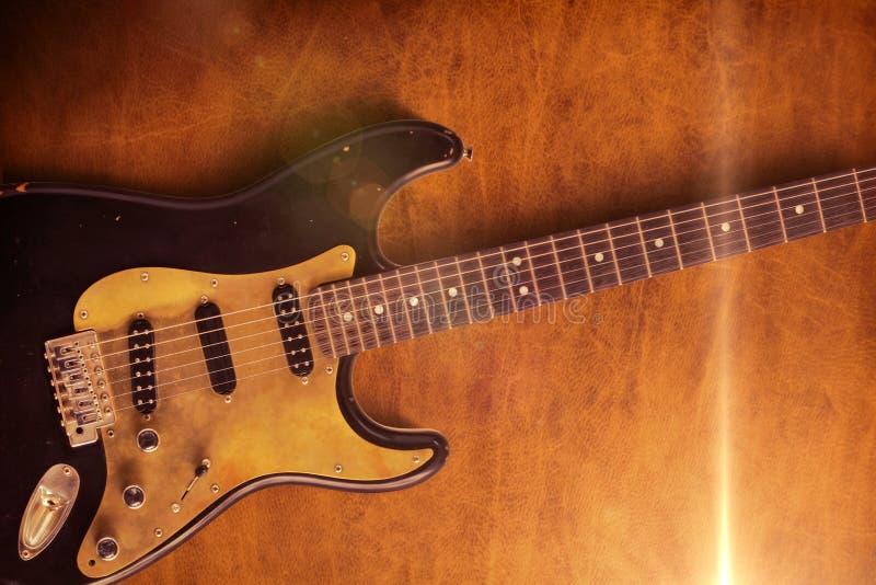 Μαύρη κιθάρα στη φλόγα δέρματος μια στοκ εικόνα με δικαίωμα ελεύθερης χρήσης