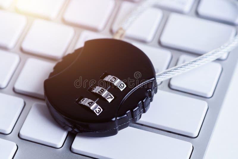 Μαύρη κλειδαριά ασφάλειας με pass-code ή τον κωδικό πρόσβασης στο keybo υπολογιστών στοκ φωτογραφία με δικαίωμα ελεύθερης χρήσης