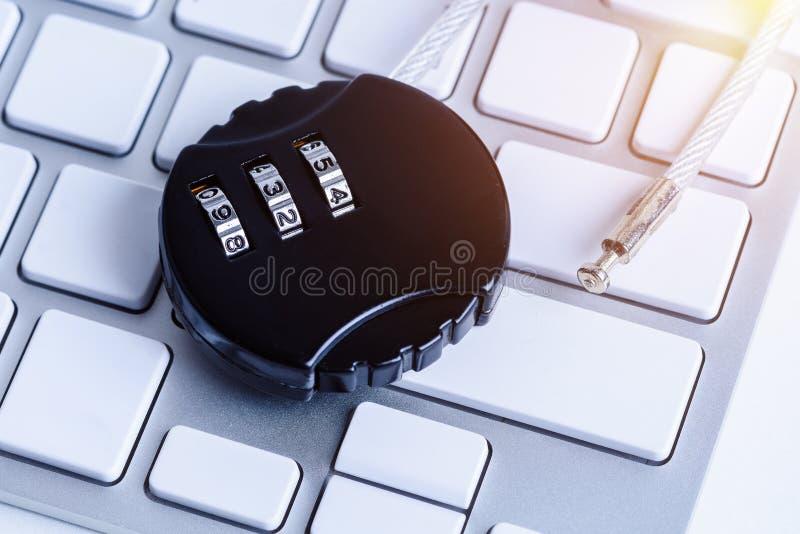Μαύρη κλειδαριά ασφάλειας με pass-code ή τον κωδικό πρόσβασης στο keybo υπολογιστών στοκ εικόνες