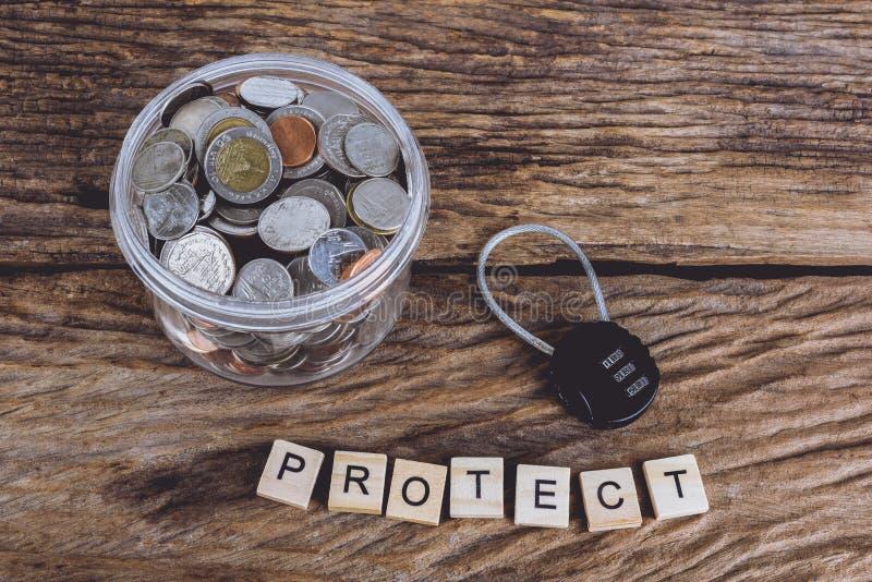 Μαύρη κλειδαριά ασφάλειας με pass-code και πλήρη νομίσματα με το βάζο, Word στοκ εικόνα