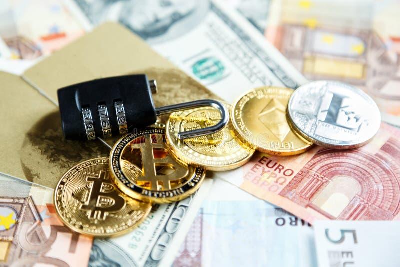 Μαύρη κλειδαριά στα bitcoins, litcoins - crypto νόμισμα στο πραγματικό υπόβαθρο χρημάτων Ασφάλεια Διαδικτύου, κίνδυνος, επένδυση, στοκ φωτογραφία με δικαίωμα ελεύθερης χρήσης
