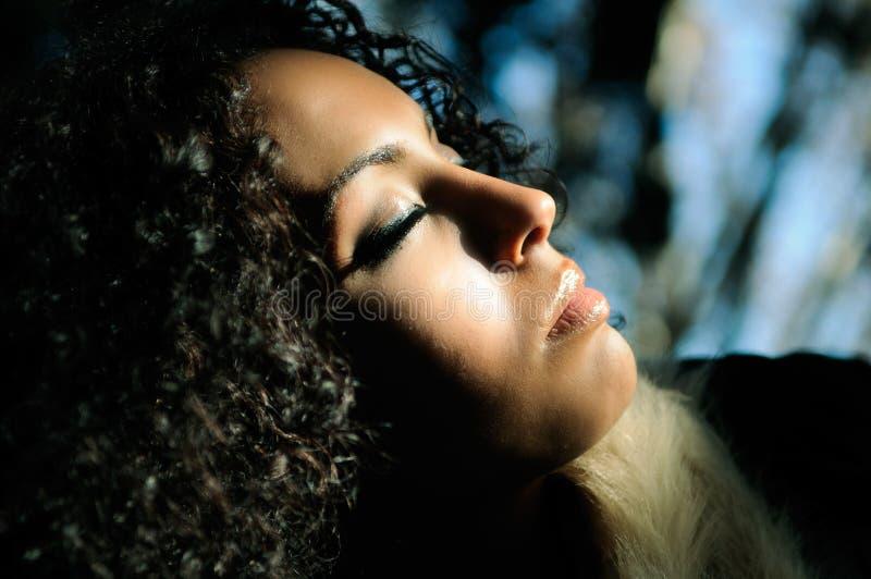 μαύρη κλειστή γυναίκα ματιών στοκ φωτογραφία