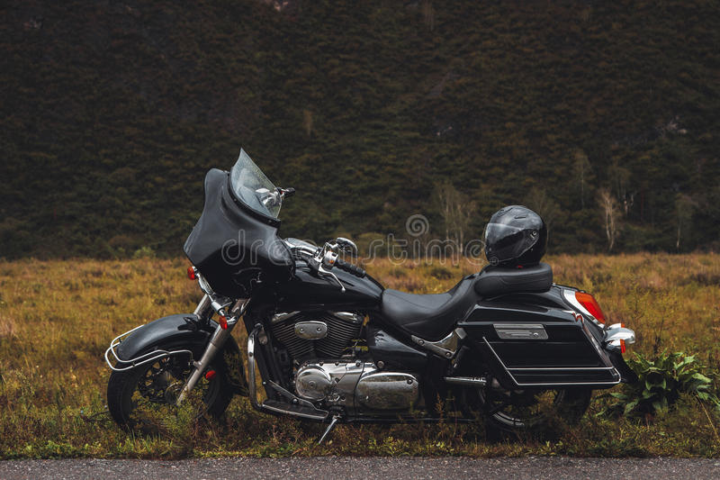 Μαύρη μοτοσικλέτα bagger στην άκρη του δρόμου στοκ φωτογραφίες