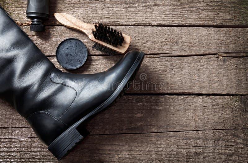 Μαύρη μπότα, στιλβωτής, βούρτσα και γυαλίζοντας κρέμα στοκ φωτογραφίες με δικαίωμα ελεύθερης χρήσης