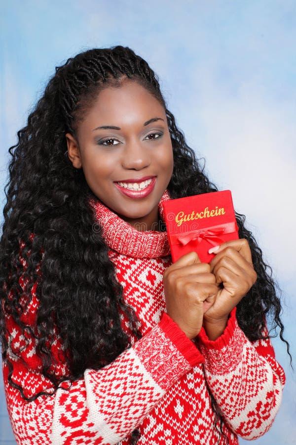 Μαύρη νέα γυναίκα με το δελτίο Χριστουγέννων στοκ εικόνες