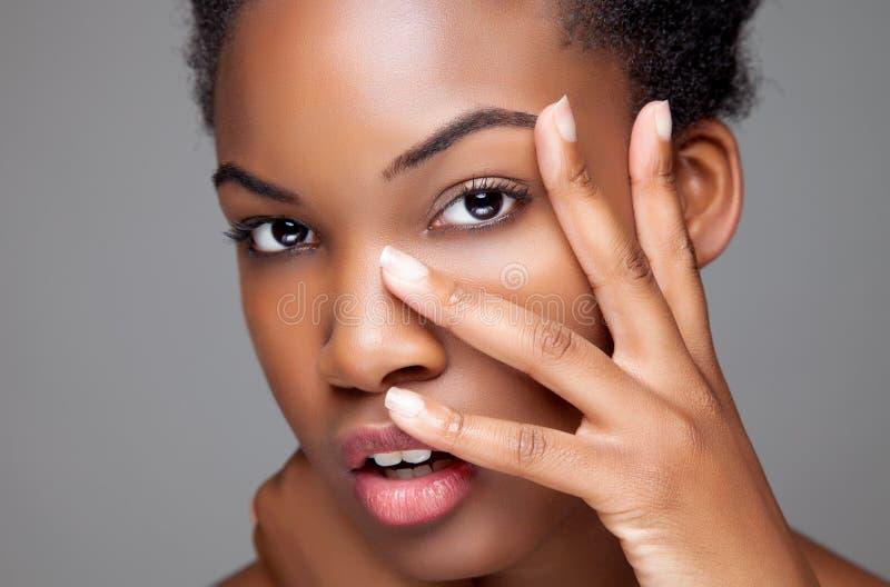 Μαύρη ομορφιά με το τέλειο δέρμα στοκ φωτογραφίες με δικαίωμα ελεύθερης χρήσης