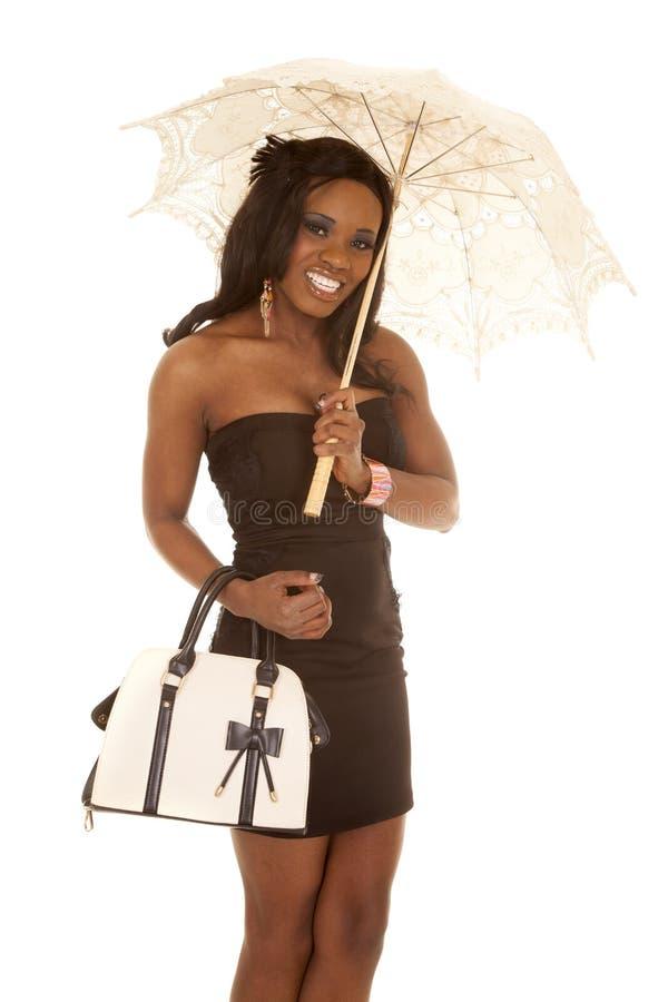 Μαύρη ομπρέλα πορτοφολιών φορεμάτων γυναικών αφροαμερικάνων επάνω στοκ εικόνες με δικαίωμα ελεύθερης χρήσης