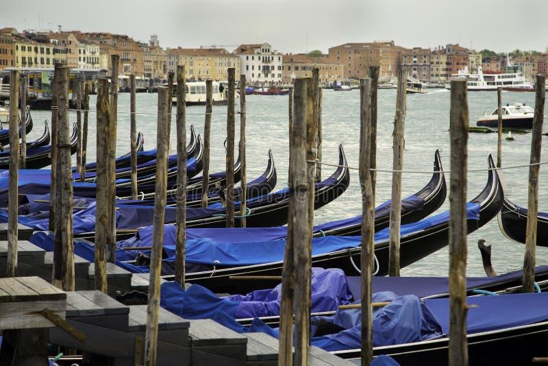 Μαύρη λουστραρισμένη με λάκκα γόνδολα, που δένεται στην παλαιά ξύλινη αποβάθρα στο μεγάλο κανάλι, Βενετία στοκ εικόνες με δικαίωμα ελεύθερης χρήσης