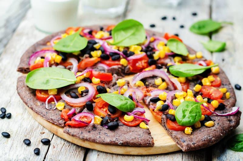 Μαύρη πίτσα κρουστών φασολιών με το καλαμπόκι, σπανάκι, ντομάτες, μαύρο φασόλι στοκ φωτογραφίες με δικαίωμα ελεύθερης χρήσης