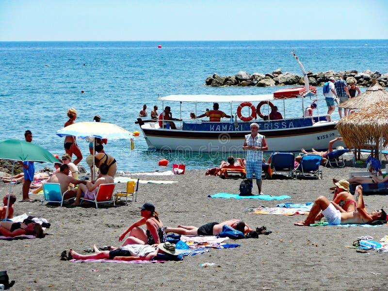 Μαύρη παραλία άμμου Perissa, Santorini, Ελλάδα στοκ φωτογραφία