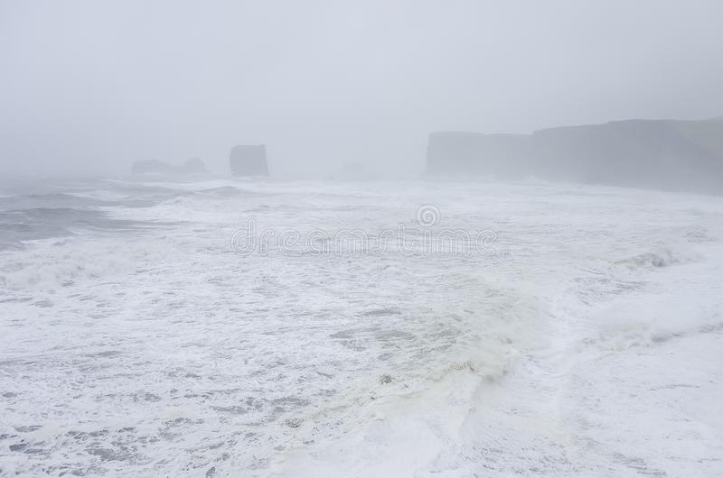 Μαύρη παραλία Reynisfjara άμμου στην ακτή του Ατλαντικού Ωκεανού με στοκ φωτογραφία με δικαίωμα ελεύθερης χρήσης