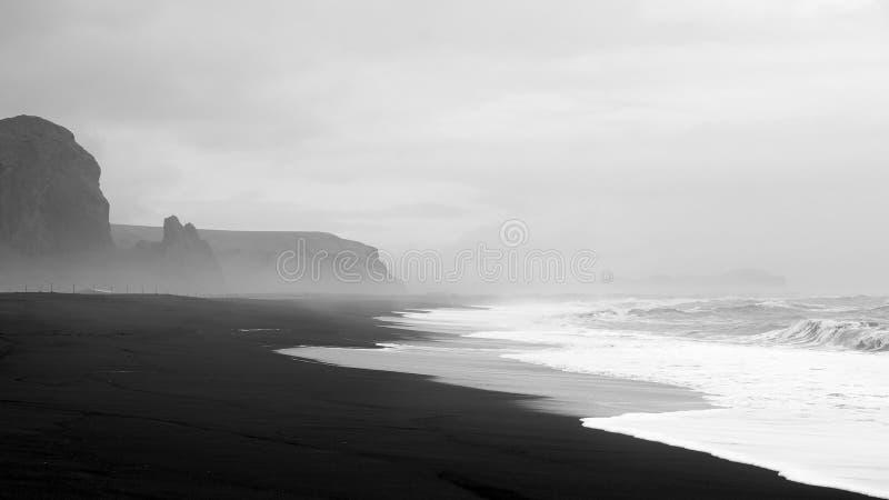 Μαύρη παραλία άμμου Vik στοκ εικόνες