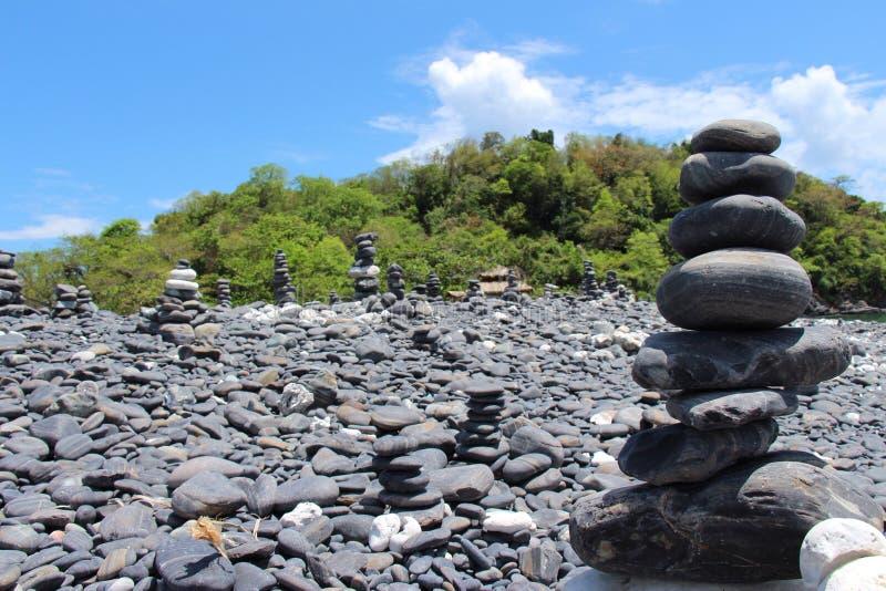 Μαύρη παραλία πετρών στοκ εικόνα με δικαίωμα ελεύθερης χρήσης