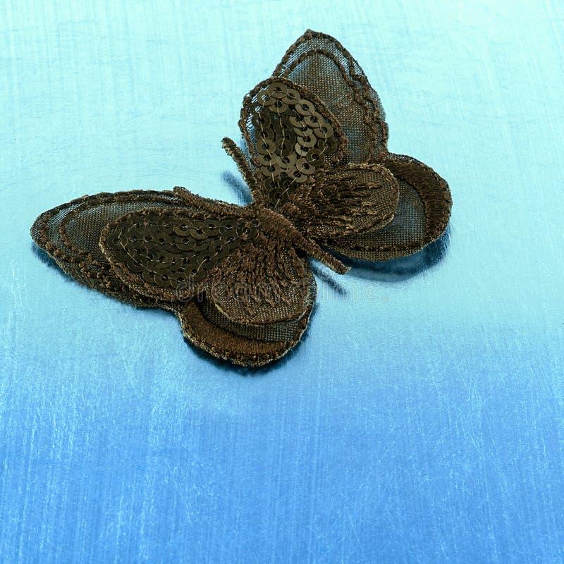 Μαύρη πεταλούδα μεταξιού στο μπλε υπόβαθρο στοκ εικόνες με δικαίωμα ελεύθερης χρήσης