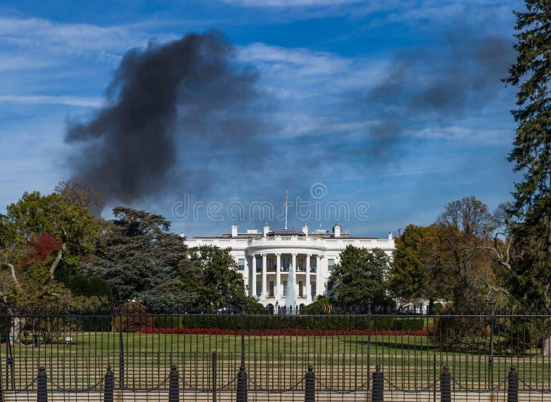 Μαύρη πυρκαγιά το μπλε S σπιτιών καπνού μνημείων Λευκών Οίκων του Washington DC στοκ φωτογραφία με δικαίωμα ελεύθερης χρήσης