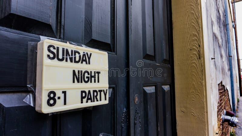 Μαύρη πόρτα με το άσπρες σημάδι και την εγγραφή στοκ φωτογραφία με δικαίωμα ελεύθερης χρήσης
