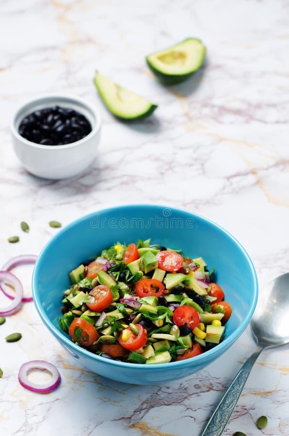 Μαύρη φασολιών καλαμποκιού σαλάτα ντοματών κρεμμυδιών αβοκάντο κόκκινη με το dressi ασβέστη στοκ φωτογραφίες με δικαίωμα ελεύθερης χρήσης