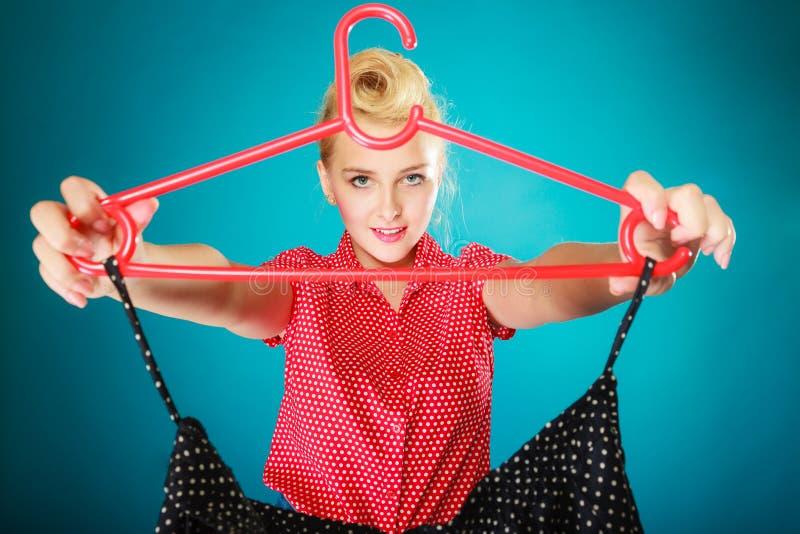 Μαύρη φούστα ενδυμάτων αγοράς κοριτσιών Pinup Λιανική πώληση πώλησης στοκ φωτογραφία με δικαίωμα ελεύθερης χρήσης