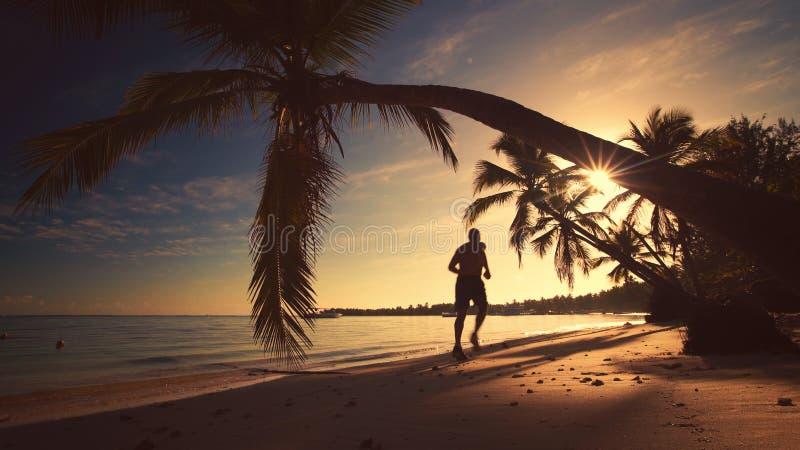 μαύρη όψη ανατολής θάλασσας βουνών kara της Κριμαίας dag Άτομο που τρέχει στην τροπική παραλία Punta Cana νησιών στοκ φωτογραφία