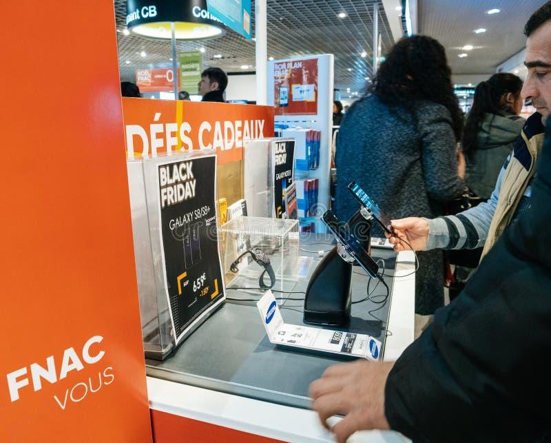 Μαύροι άνθρωποι πώλησης Παρασκευής που ψωνίζουν για την ηλεκτρονική στοκ εικόνες
