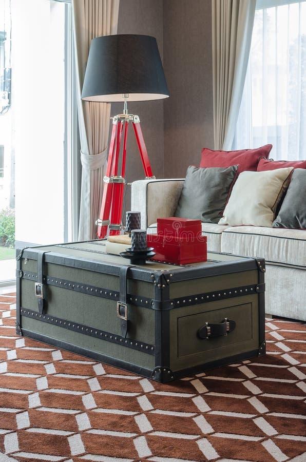 Μαύροι λαμπτήρας και καναπές με την κασετίνα ως πίνακα στον καφετή τάπητα στοκ φωτογραφία με δικαίωμα ελεύθερης χρήσης