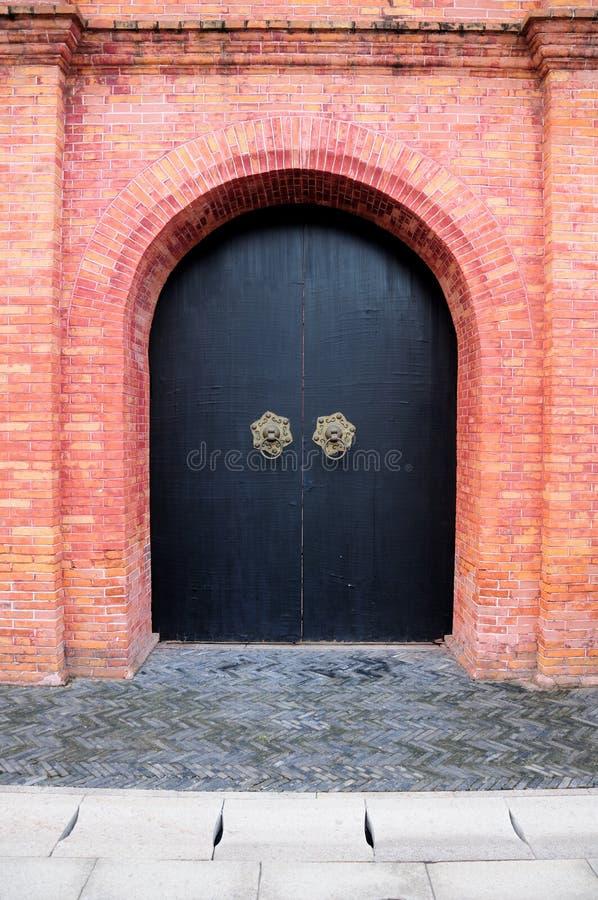 Μαύροι διπλοί πόρτες και τουβλότοιχος στοκ φωτογραφία με δικαίωμα ελεύθερης χρήσης