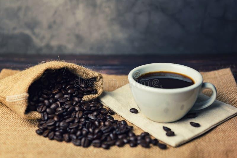 Μαύροι καφές και φασόλια καφέ σε έναν σάκο στοκ φωτογραφία με δικαίωμα ελεύθερης χρήσης