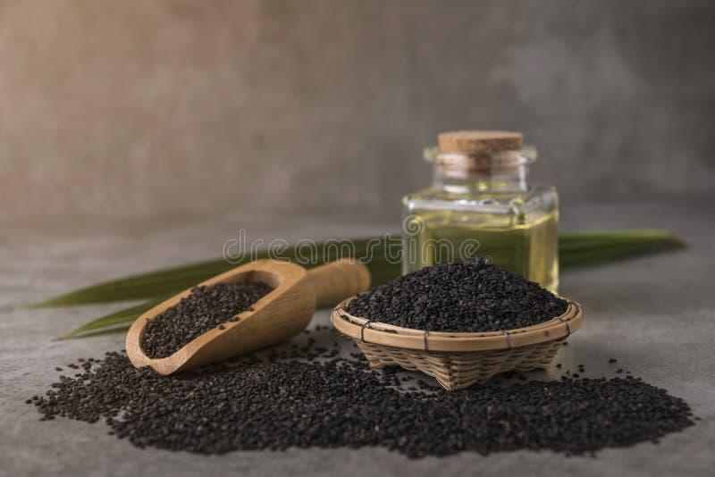 Μαύροι σπόροι σουσαμιού με το πετρέλαιο στοκ εικόνες με δικαίωμα ελεύθερης χρήσης
