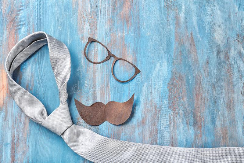 Μαύροι mustache, γυαλιά και δεσμός στο ξύλινο υπόβαθρο χρώματος Εορτασμός ημέρας του ευτυχούς πατέρα στοκ φωτογραφία
