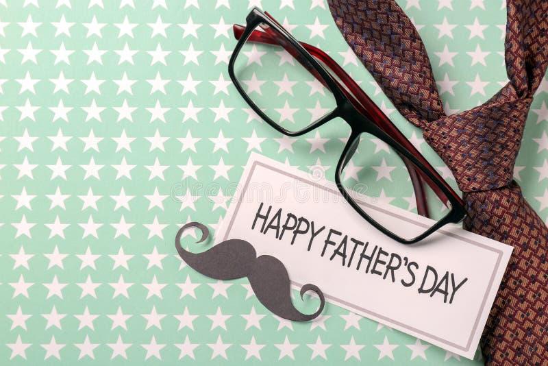 """Μαύροι mustache, γυαλιά και δεσμός στο υπόβαθρο χρώματος Ευτυχές εορτασμός ημέρας πατέρων \ """"s στοκ φωτογραφίες"""