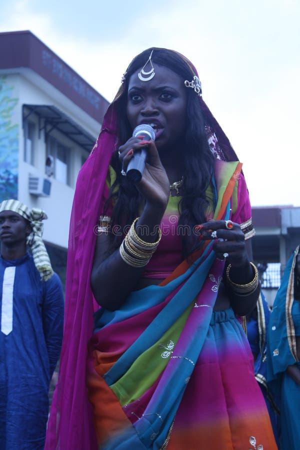 Μαύρος έφηβος στο ινδικό φόρεμα στοκ εικόνες