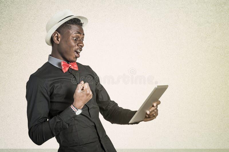 Μαύρος Αφρικανός με την ταμπλέτα στοκ εικόνα με δικαίωμα ελεύθερης χρήσης