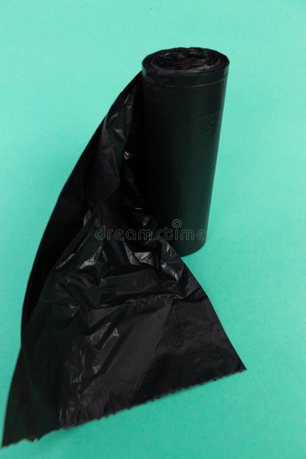 Μαύρος αχρησιμοποίητος μιάς χρήσεως πλαστικός ρόλος τσαντών παλιοπραγμάτων απορριμάτων απορριμμάτων στοκ φωτογραφίες με δικαίωμα ελεύθερης χρήσης