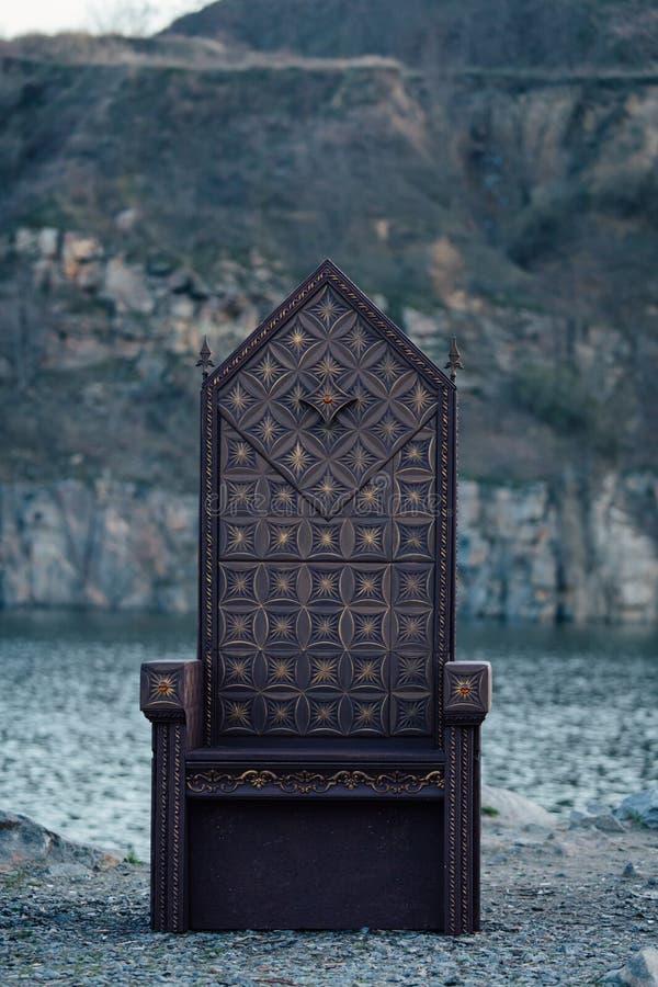 Μαύρος γοτθικός θρόνος στοκ φωτογραφίες