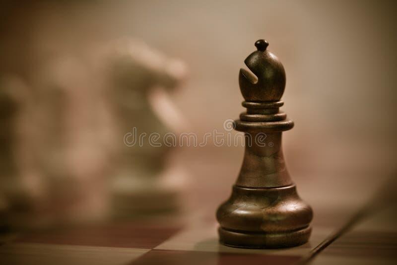 Μαύρος επίσκοπος σκακιού στον πίνακα στοκ εικόνες